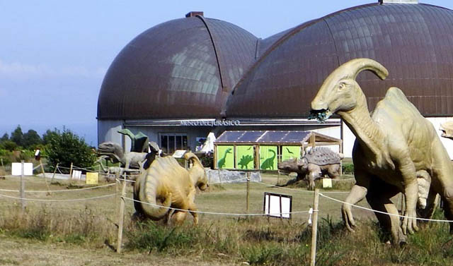 exterior del museo jurásico de Asturias en Colunga